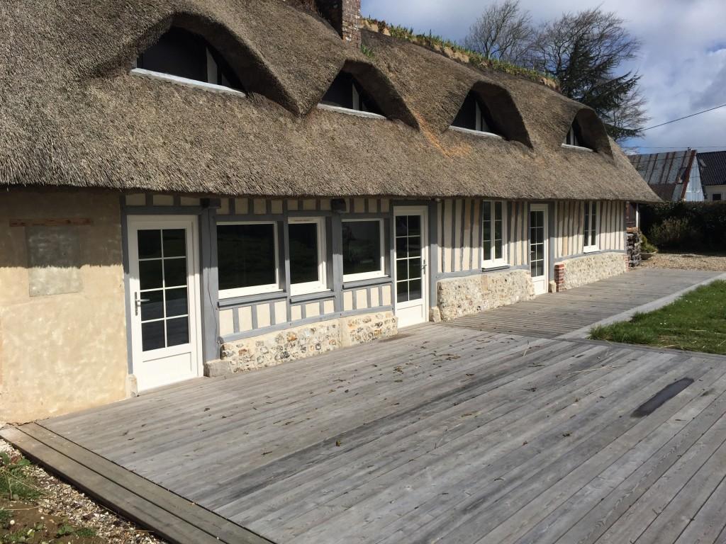 Rénovation de Meulière Normande avec toit en chaume