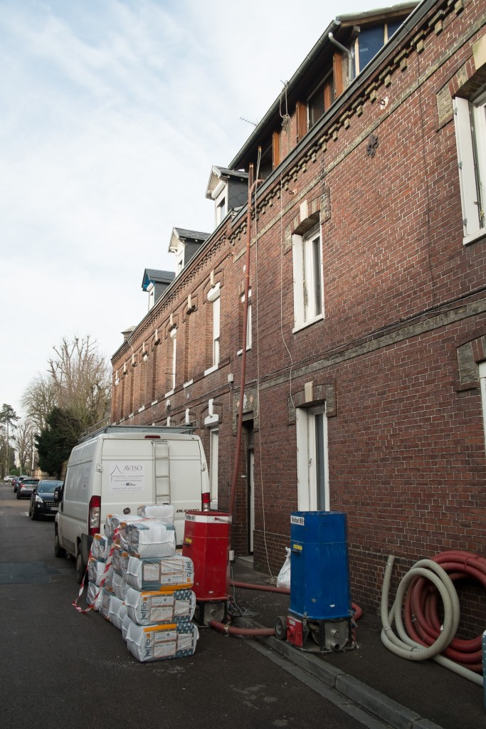 Pose de ouate de cellulose machine dans la rue en Normandie