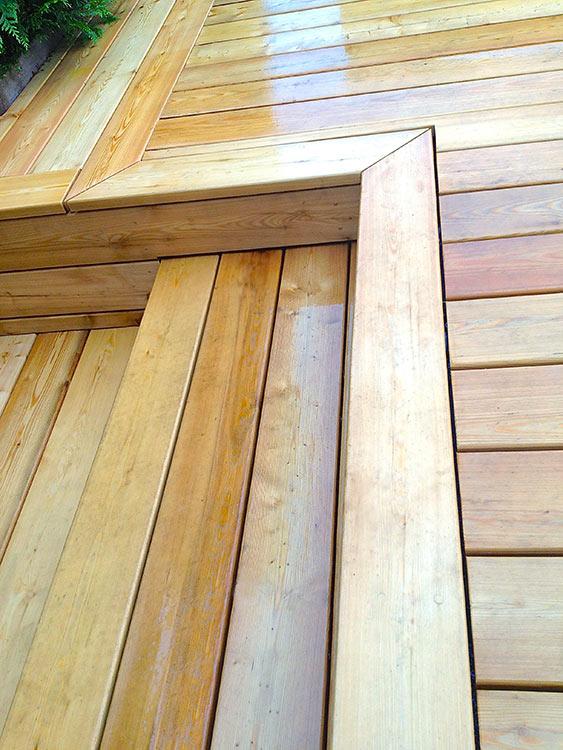 Détail de jonction escalier et terrasse en bois