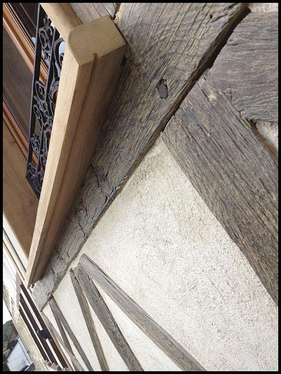 Détail de finition d'enduit chanvre et chaux pour colombages en Normandie